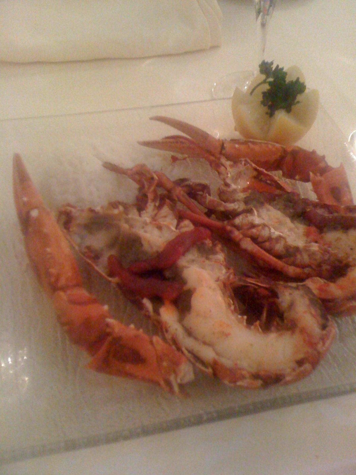 Homard cuit nature (intialement servi avec une sauce aux crustacés)