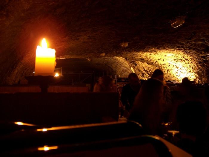 Degustation de vins autrichiens dans une cave/grotte