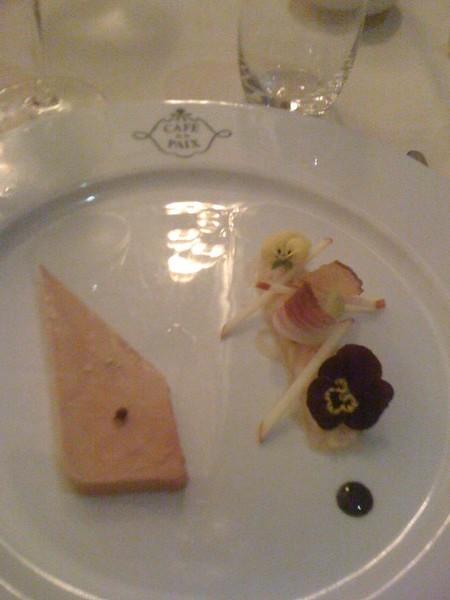 Foi gras Cafe de la Paix en sel et poivre et compote de pomme aux fleurs